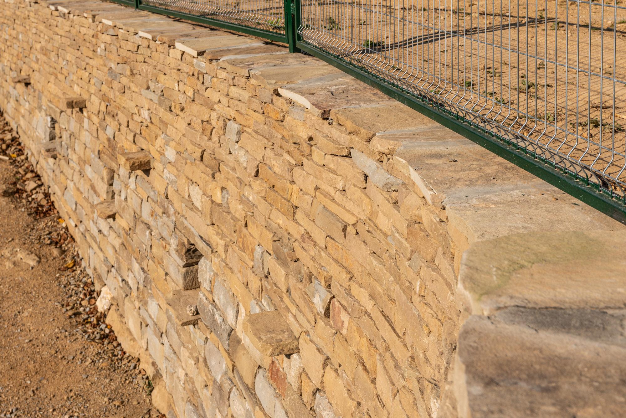 Каменна стена с извивка, суха зидария