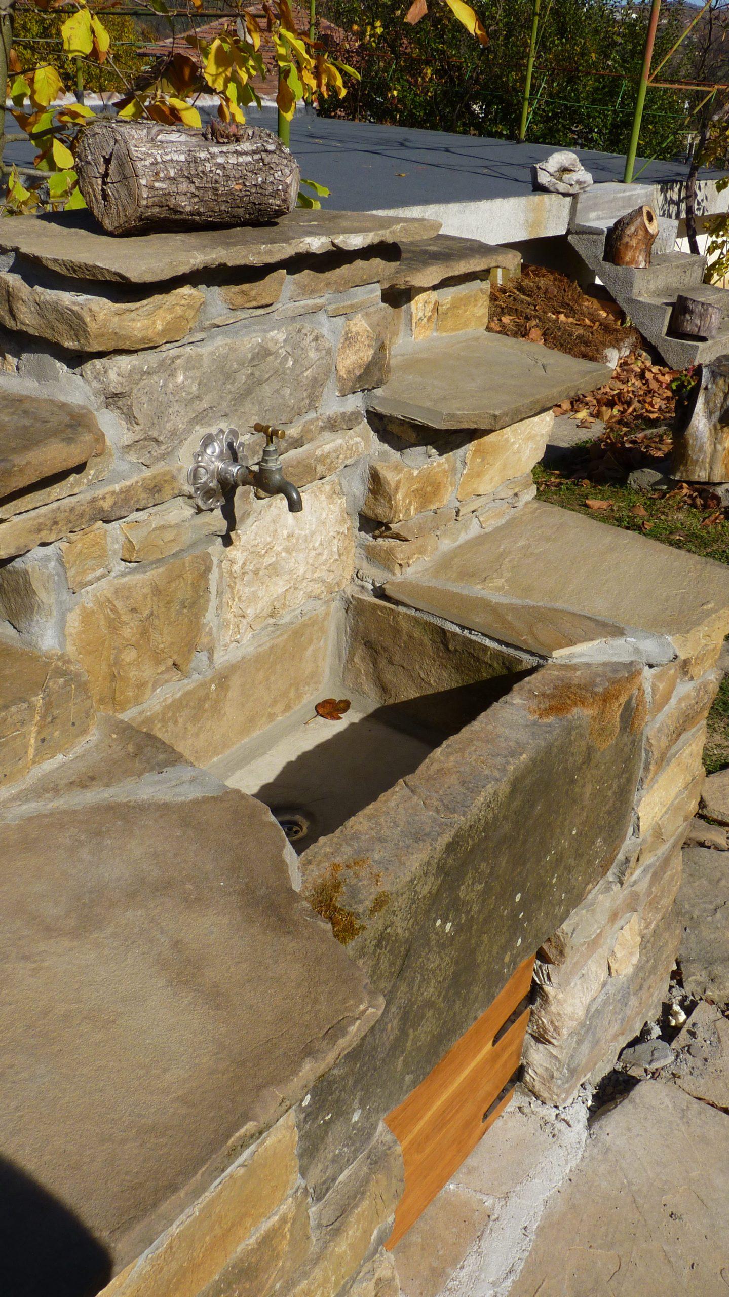 Корито на дворна чешма, изградено от каменни плочи