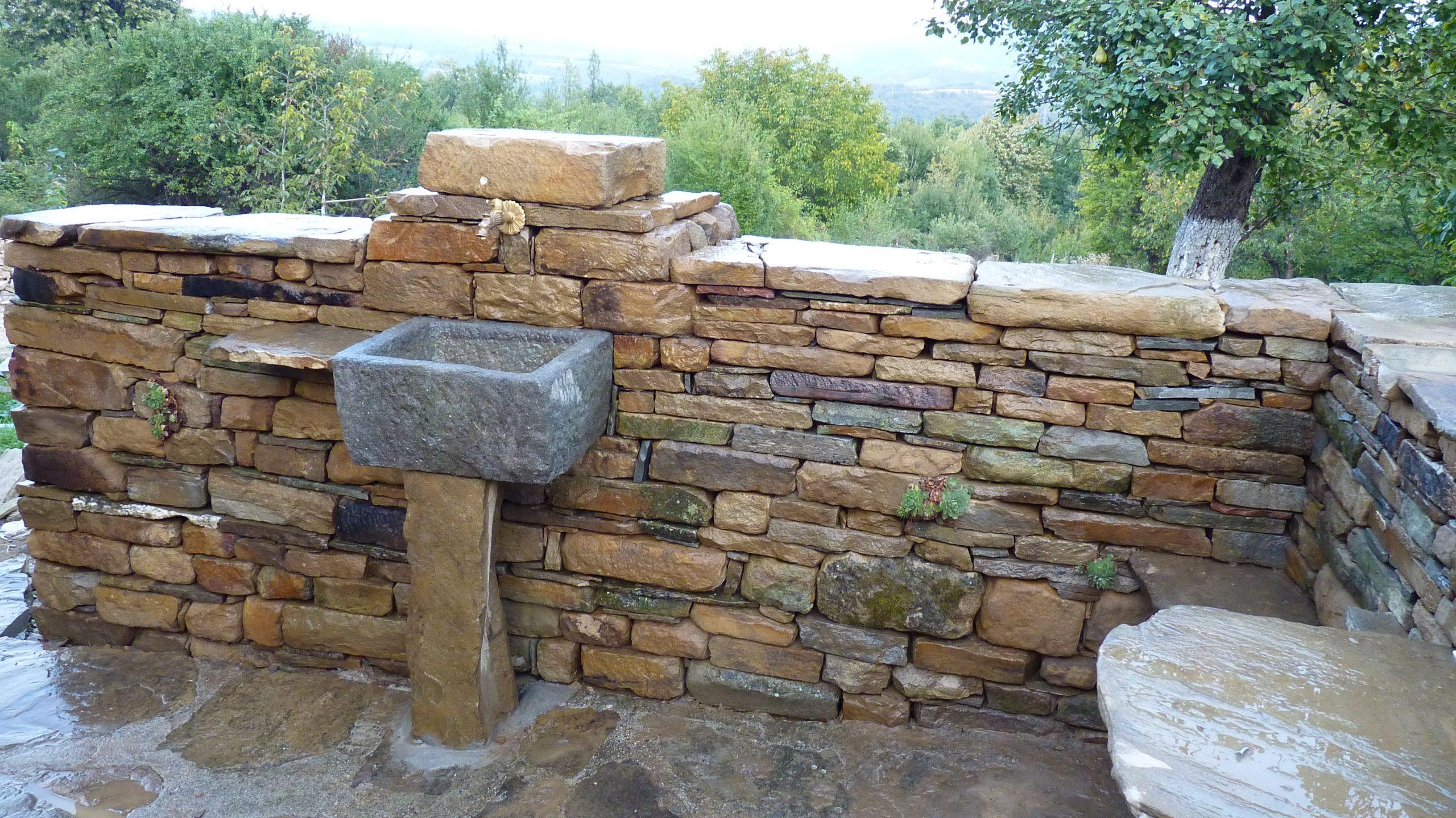 Двулицев дувар, суха каменна зидария, с вградена чешма