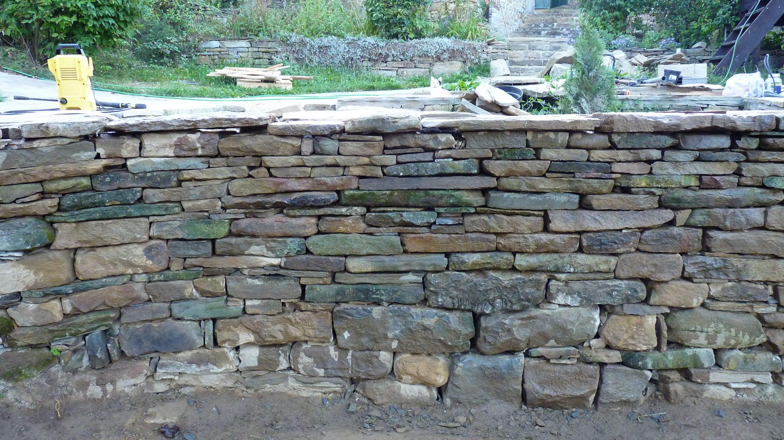 Подпорна стена, продължение на двулицев дувар, изградени от суха каменна зидария