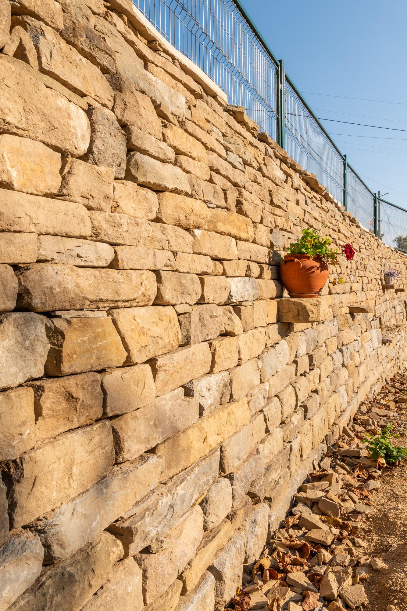 Подпорна стена с ниши и поставки за цветя
