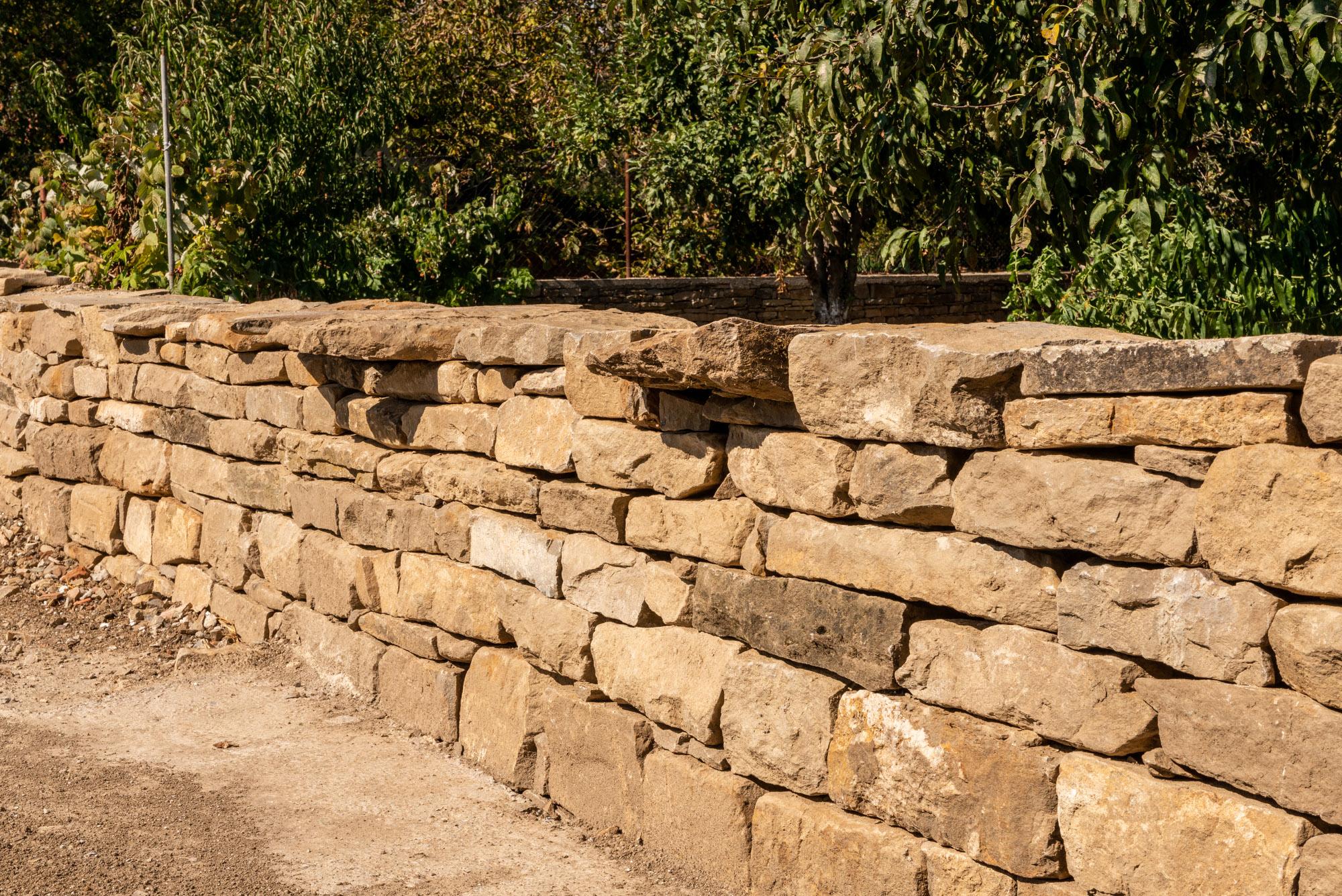 Изграден каменен зид за ограждение на двор