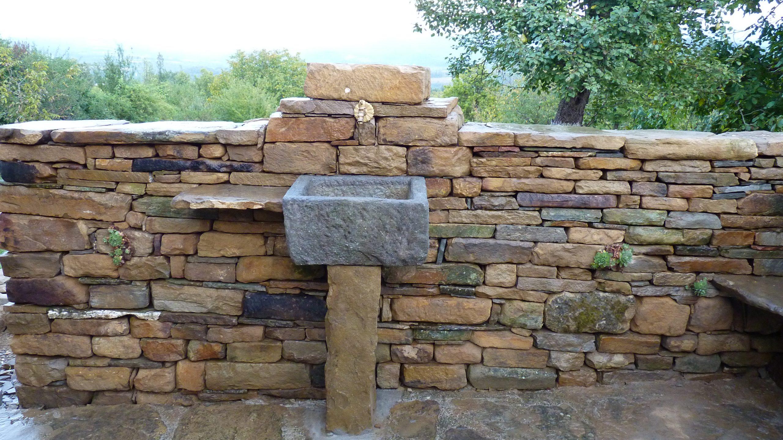 Каменен зид с вградена чешма, суха зидария