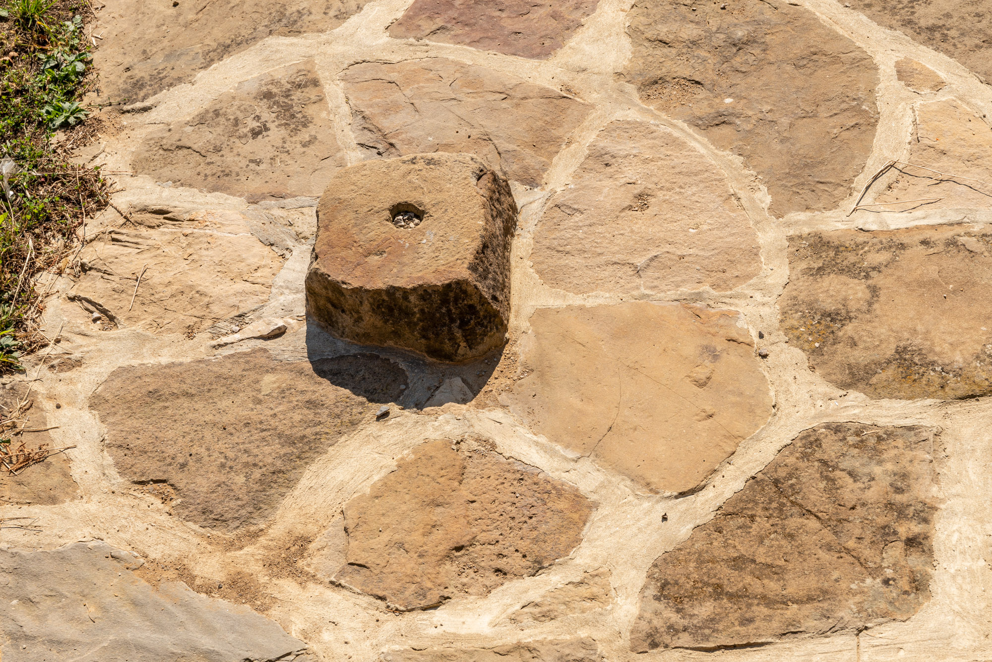 Плочник от естествен камък