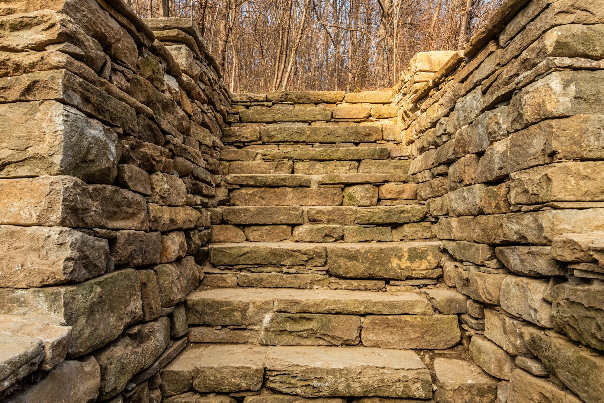 Каменни стъпала, които са вградени в подпорна стена от суха каменна зидария