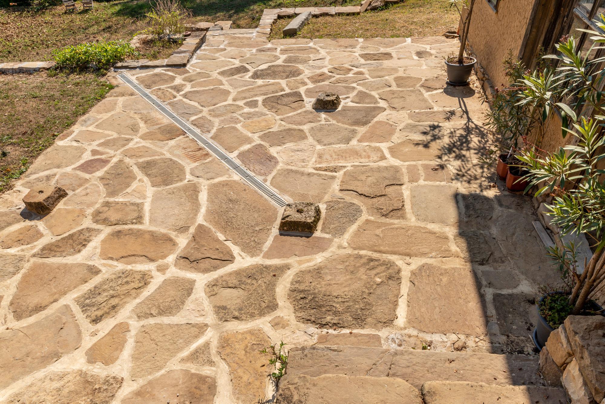 Настилка от естествен камък пред селска къща