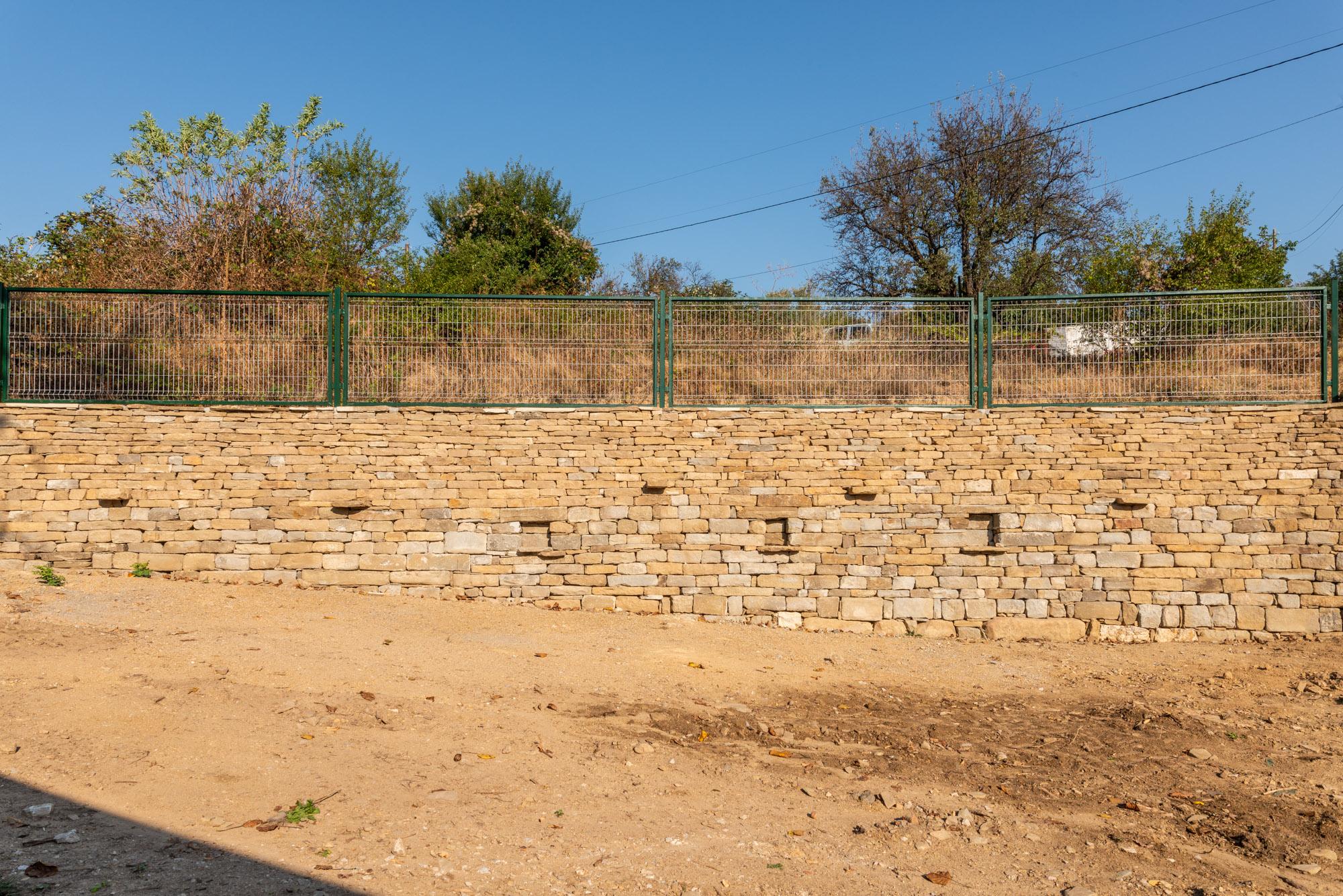 Подпорна стена, изградена от каменна зидария без спойка, естествен дренаж