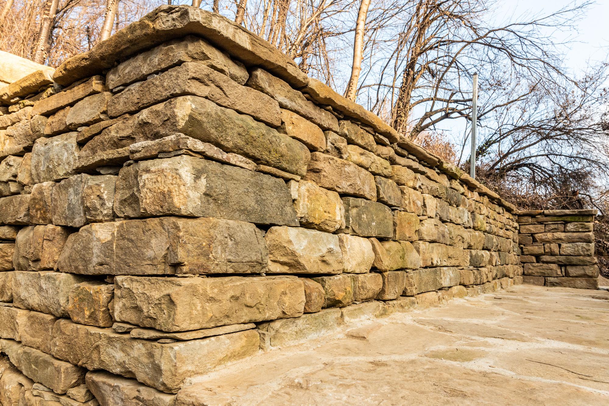 Подпорна стена от суха каменна зидария с ъгъл и тераса