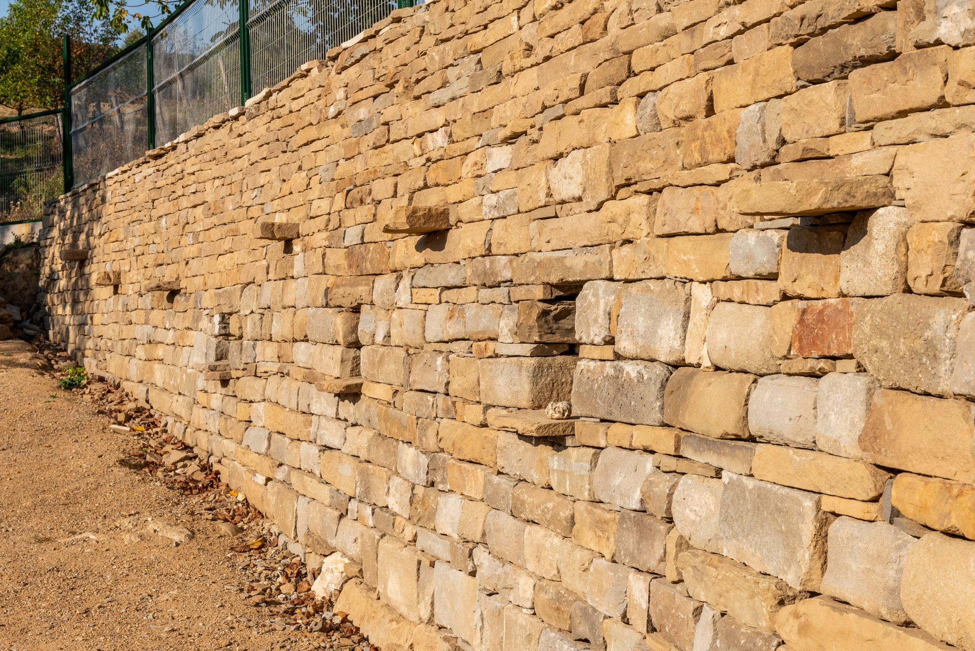 Подпорна стена с дължина 25 метра и височина 3 метра