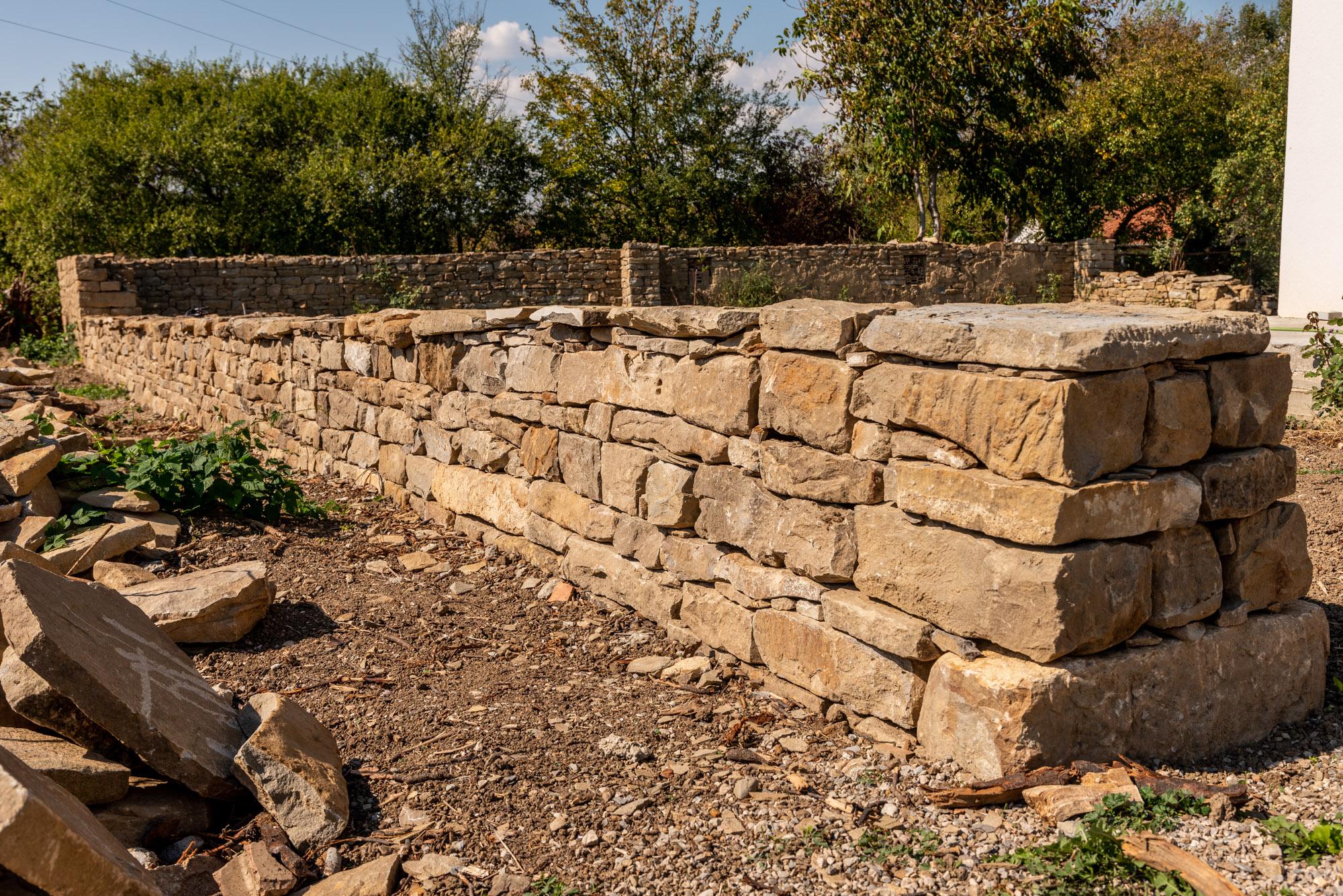 Каменна ограда от суха каменна зидария
