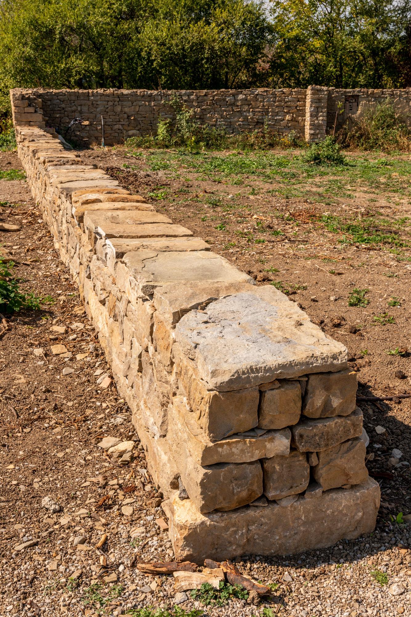Нисък каменен зид, суха зидария