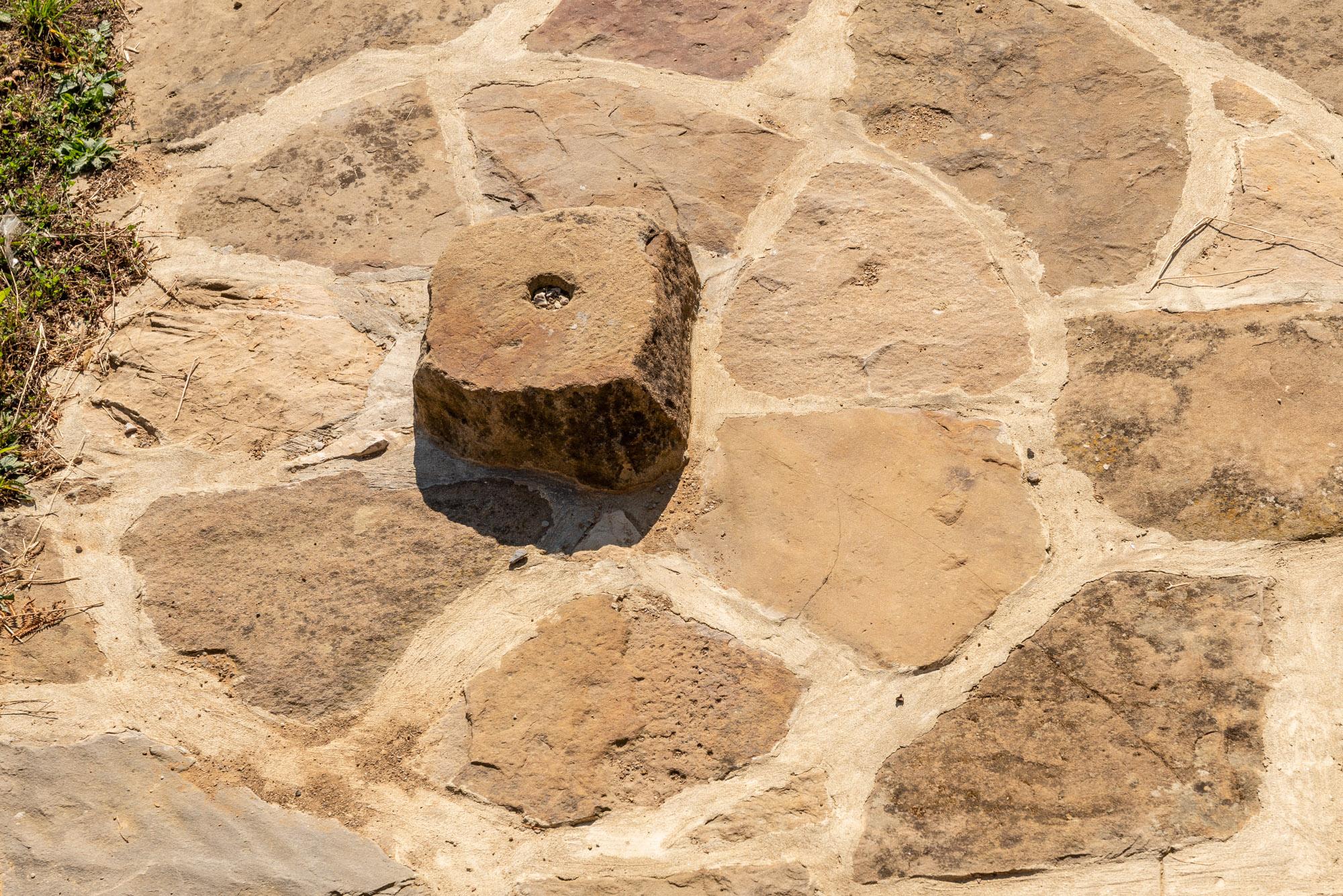 Част от каменна настилка за монтиране на дървени греди