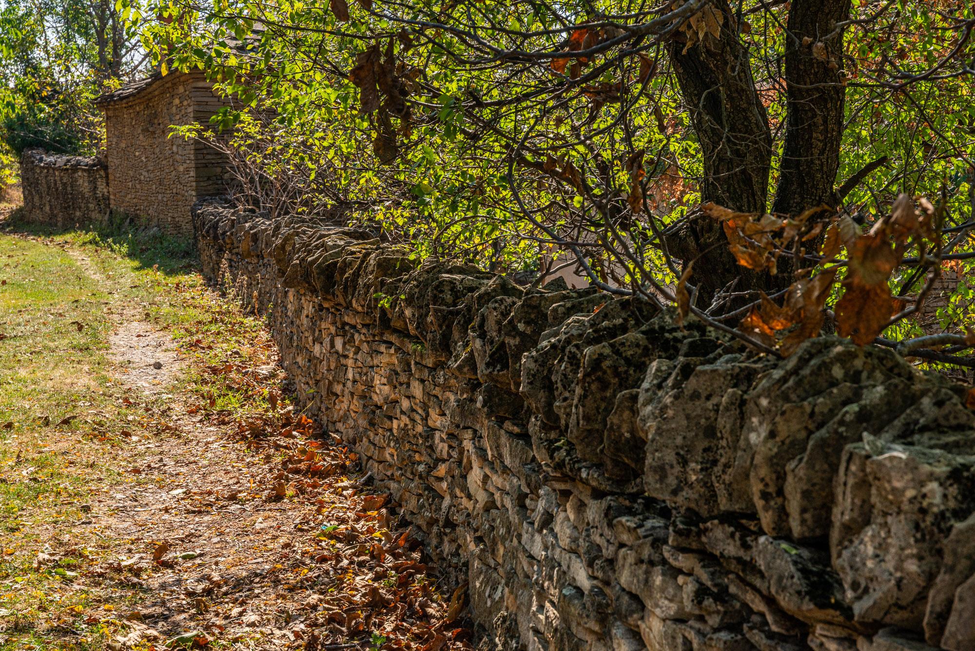 Суха каменна зидария - ограда от камък