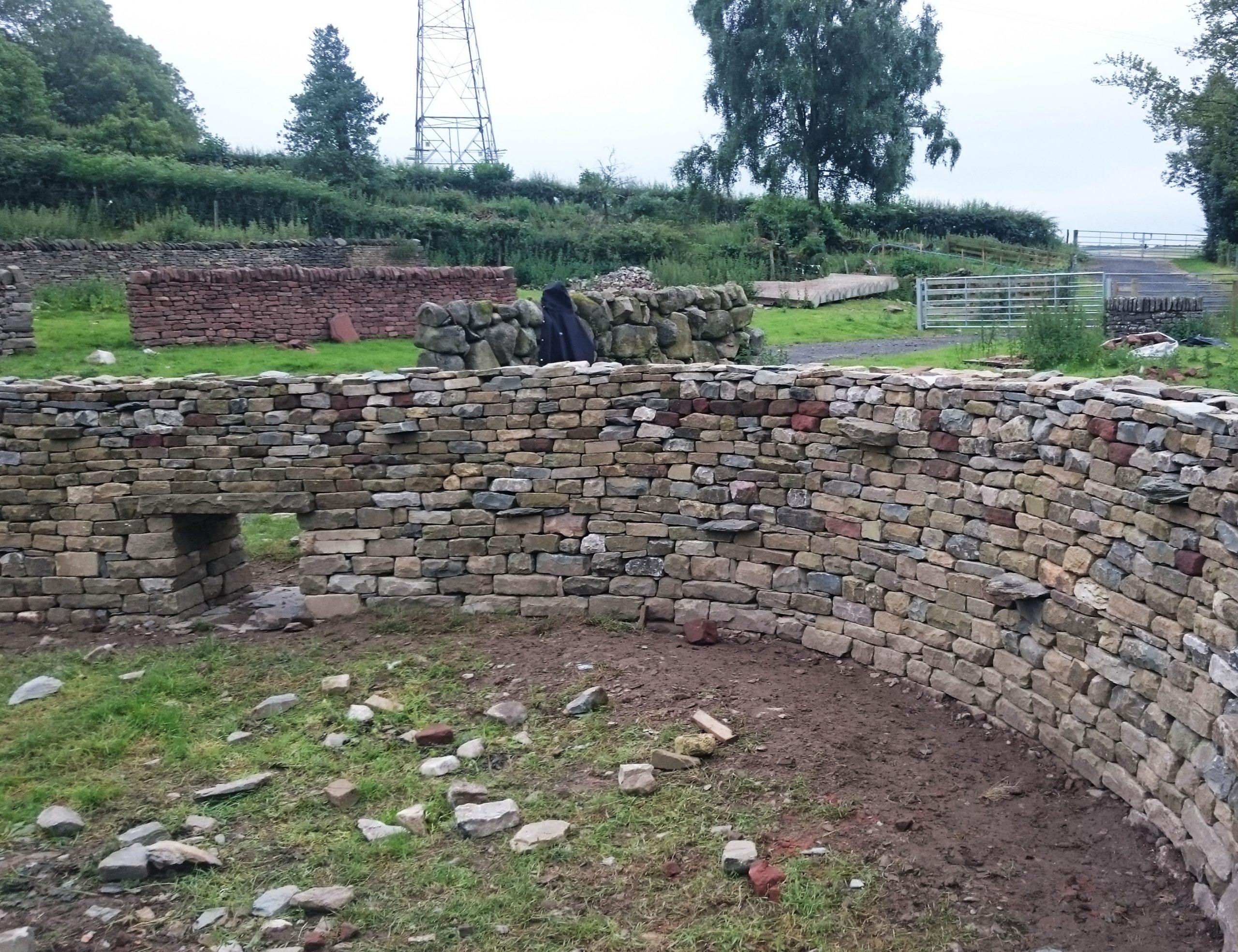 Свободностоящ каменен зид с извивка