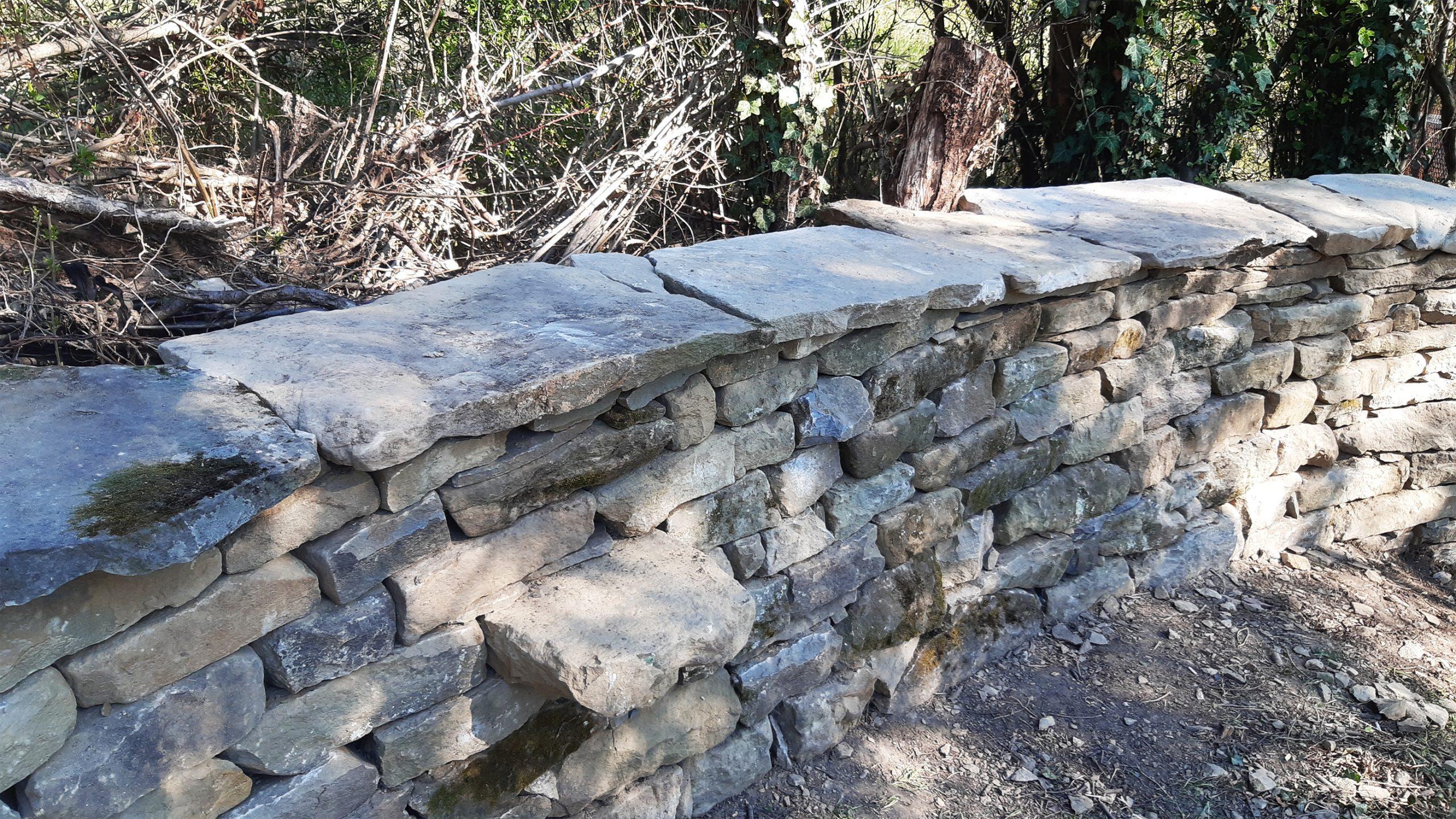 Каменен зид, двулицев, с извивки, суха каменна зидария