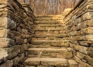 Интегрирани каменни стъпала в подпорна стена